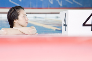 プールに入っている女性の素材 [FYI00908909]