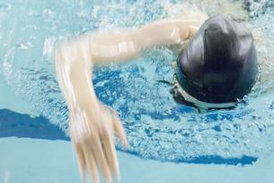 プールで泳ぐ女性の素材 [FYI00908914]