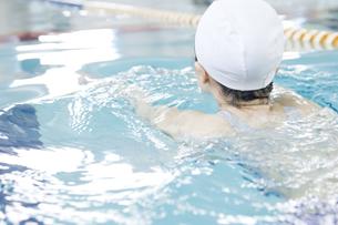 プールで泳ぐ女性の素材 [FYI00908940]