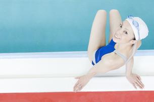 プールサイドに座る女性の素材 [FYI00908976]