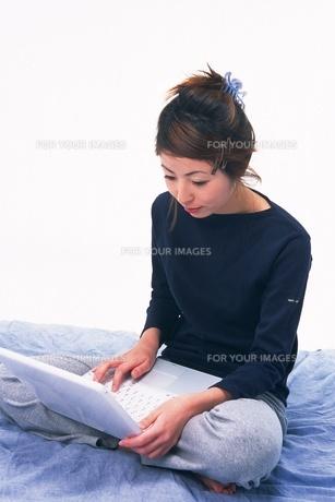 パソコンを使う女性の素材 [FYI00908979]
