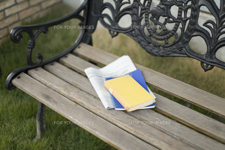 ベンチに置かれた本と新聞の素材 [FYI00909233]