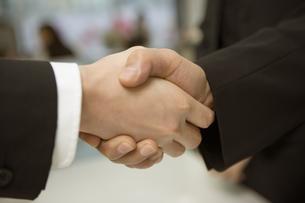 握手する2人の人の素材 [FYI00909460]