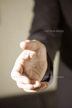 握手しようとする手の素材 [FYI00909471]