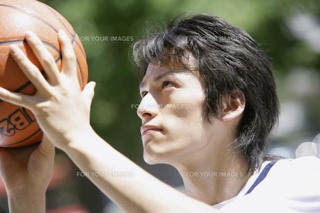バスケットボールをする男性の素材 [FYI00909563]