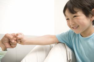 拳をくっつける大人と少年の素材 [FYI00909706]