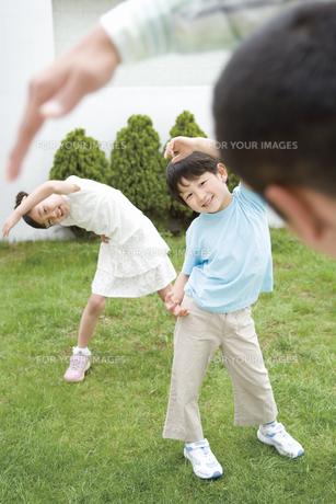 体操をする父と子の素材 [FYI00909723]