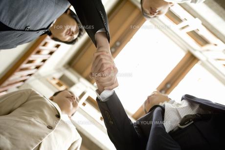 握手をする男性の素材 [FYI00909737]