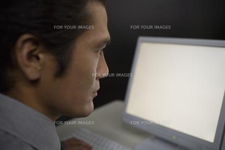 パソコンを見る男性研究員の素材 [FYI00910331]