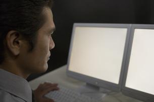 パソコンを見る男性研究員の素材 [FYI00910389]