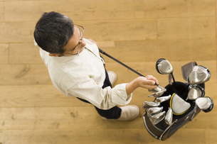 ゴルフクラブを選ぶ男性の素材 [FYI00910521]