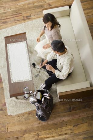 ソファに座り会話をする夫婦の素材 [FYI00910540]