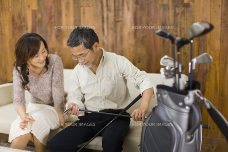 ソファに座り会話をする夫婦の素材 [FYI00910560]