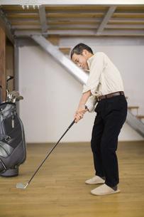 ゴルフの練習をしている男性の素材 [FYI00910589]