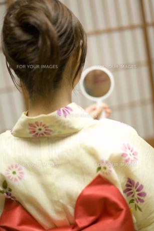 手鏡を持つ女性の素材 [FYI00910716]