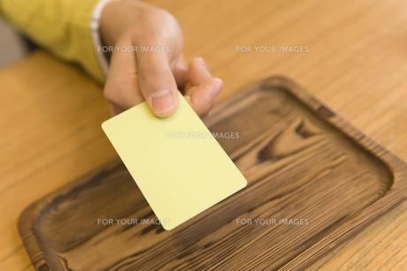 カードを出す手の素材 [FYI00910873]
