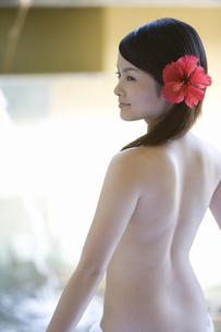 花を飾る女性の背中の素材 [FYI00911197]