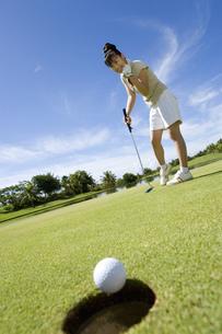 パットをする日本人ゴルファーの素材 [FYI00911285]