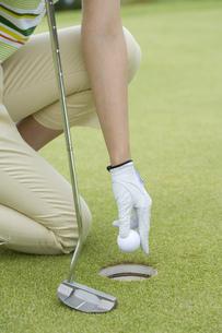 ボールを拾う女性ゴルファーの素材 [FYI00911319]