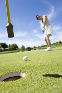 パットをする日本人ゴルファーの素材 [FYI00911337]