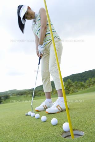 パットをする日本人女性ゴルファーの素材 [FYI00911396]