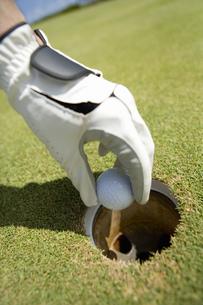 ボールを持つゴルファーの手の素材 [FYI00911406]