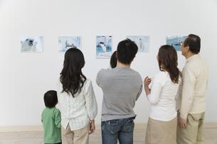 動物の写真を見る家族の素材 [FYI00911493]
