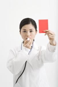 レッドカードを出す医者の素材 [FYI00911576]