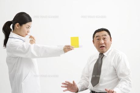 医者に警告される男性の素材 [FYI00911598]
