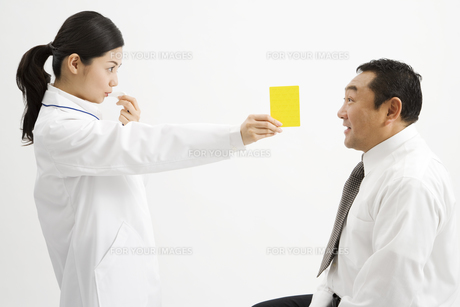 医者に警告される男性の素材 [FYI00911644]