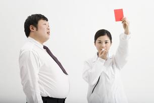肥満男性にレッドカードを出す医者の素材 [FYI00911646]