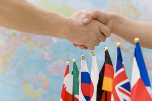 世界地図の前で握手をする手の素材 [FYI00911976]