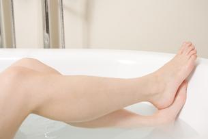 入浴する女性の足の素材 [FYI00912031]