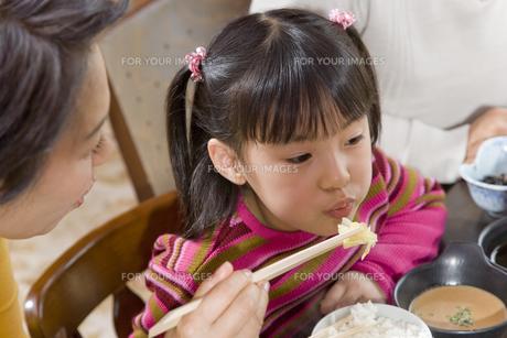 ご飯を食べさせている祖母と女の子の素材 [FYI00912071]