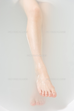入浴する女性の足の素材 [FYI00912088]