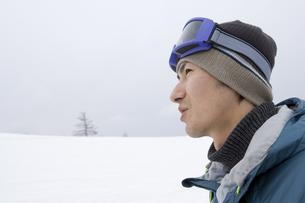 雪原に佇む男性の横顔の素材 [FYI00912140]