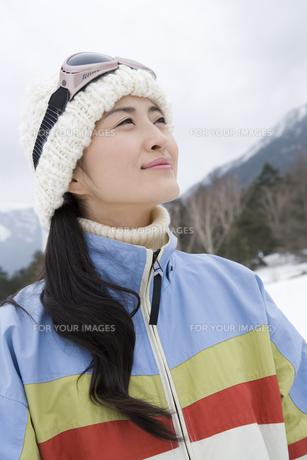 雪原に佇む女性の素材 [FYI00912157]