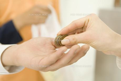 現金で支払いをする手元の素材 [FYI00912447]