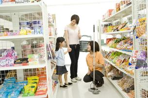 コンビニで買い物をする親子と店員の素材 [FYI00912554]