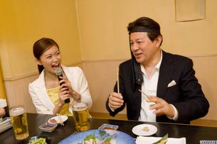 居酒屋でカラオケをする男女の素材 [FYI00912659]