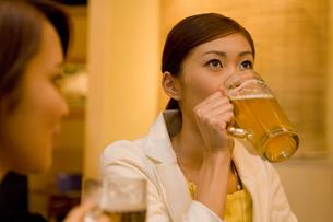 居酒屋でビールを飲むOLの素材 [FYI00912713]