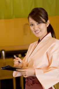 居酒屋で働く女性の素材 [FYI00912722]