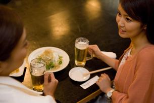 居酒屋で食事をするOLの素材 [FYI00912742]