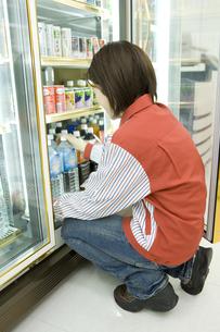 飲み物を整頓するコンビニの店員の素材 [FYI00912759]