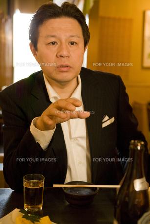冷静な表情で話す男性の素材 [FYI00912779]
