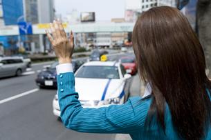 タクシーを捕まえるOLの素材 [FYI00912789]