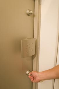 鍵を閉める手元の素材 [FYI00913279]
