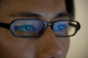 眼鏡をかけた男性の目元の素材 [FYI00913331]