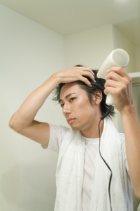 ドライヤーで髪を乾かす男性の素材 [FYI00913392]