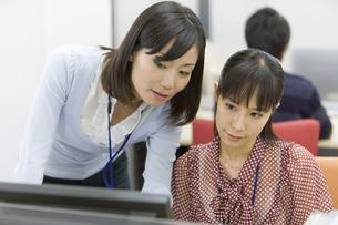 パソコンを見る2人の女性の素材 [FYI00913654]